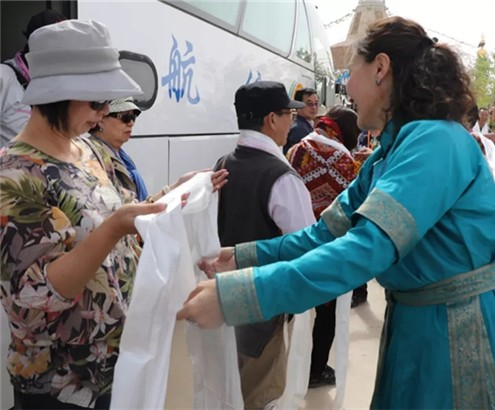 蒙古族民众向台湾同胞献哈达表示欢迎.webp_副本.jpg